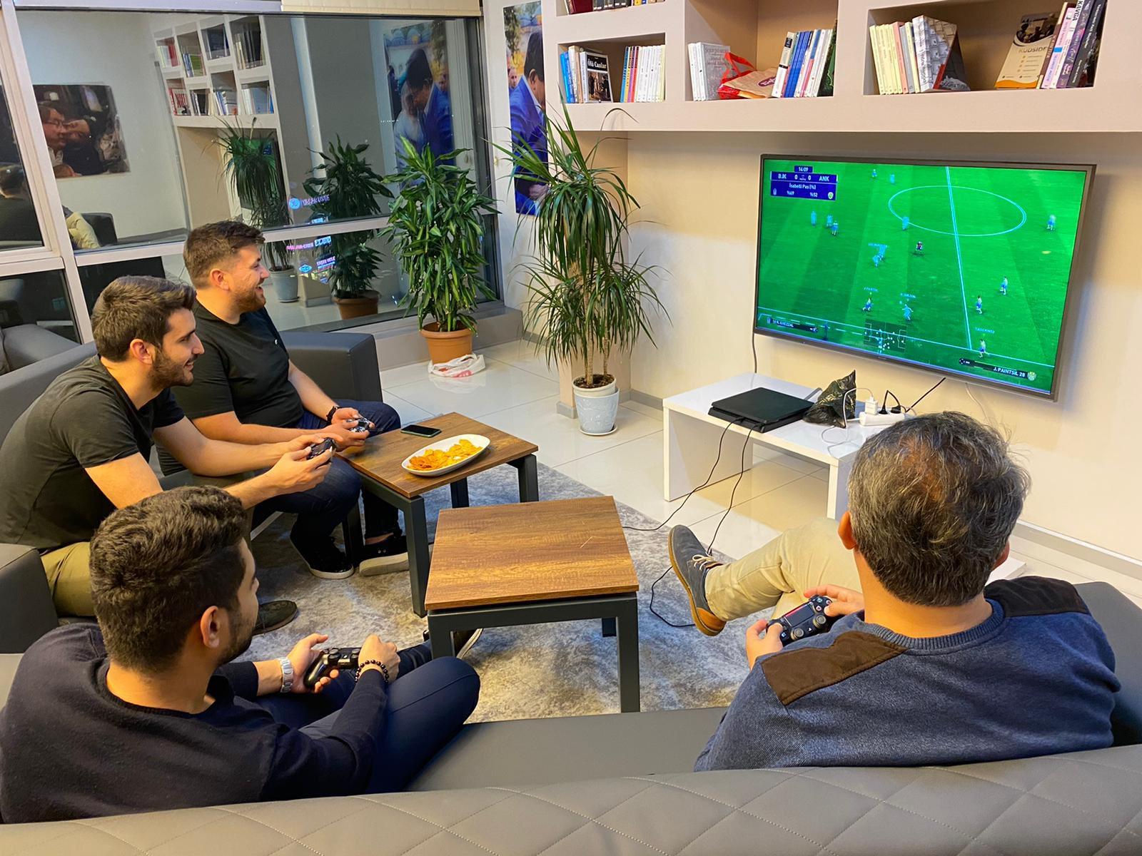 Ankara İl Gençlik Kolları Başkanlığı'nı il merkezimizde misafir ederek PlayStation turnuvası gerçekleştirdik.