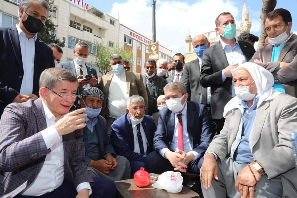 Genel Başkanımız Sayın Ahmet Davutoğlu'u Esnafın sorunlarını dinliyor