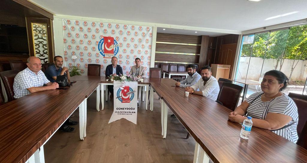 Güneydoğu Gazeteciler Cemiyeti Başkanı sayın Mücahit CEYLAN ve Yönetim Kurulu üyelerini ziyaret ettik. Özgür Basının önemi ve gücünü birlikte değerlendirdik.